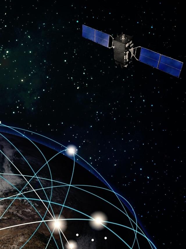 Satelite acima de um mundo conectado no espaco sideral