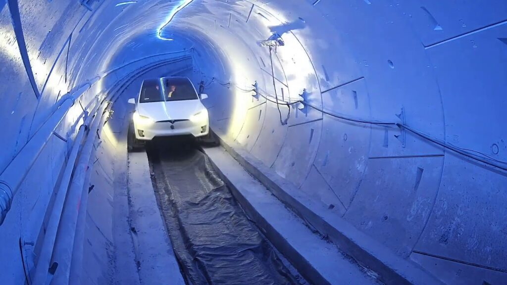 Carro da Tesla transitando em túnel do sistema loop, da The Boring Company