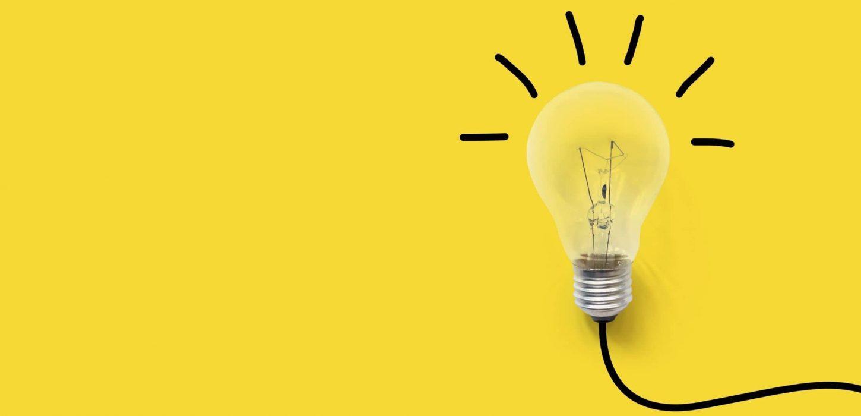 Desenho de lâmpada acessa em fundo amarelo para representar a inovação