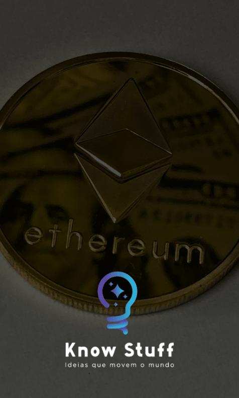 Moeda dourada que representa Ether, refletindo uma nota de dólar